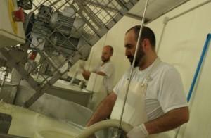 Lavorazione formaggio - Felice e Carlo Facchini